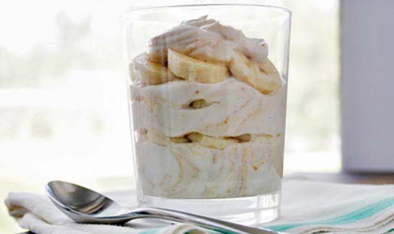 Proteinski kup sa grčkim jogurtom i bananama
